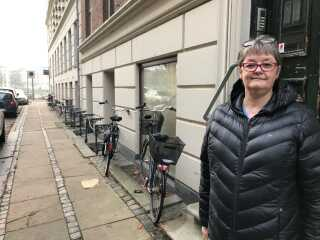I Kroghsgade på Østerbro betaler beboerne i nummer tre hvert år omkring 6.700 kroner til kommunen for, at fortovene holdes fri for skrald og blade. Men det ville de gerne være fri for, siger beboerformand Lori Stuhr.