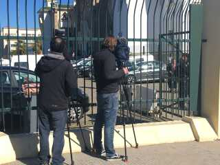 Journalister og fotografer fra flere internationale medier er mødt op foran retsbygningen i Rabat.  Foto: Michael S. Lund