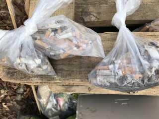 Gruppernes små affaldsposer til cigaretskod. På bare en time kunne børnene nemt samle omkring 100 skod i hver gruppe.