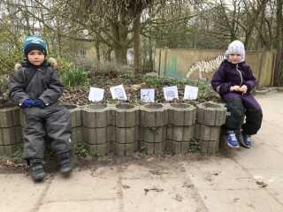 Tobias og Mille fortalte, at børnene tidligere på ugen havde gravet blandt andet en bananskrald, en mælkekarton, en dåse og en flaske ned i jorden for at blive klogere på, hvad der forgår i naturen. Om nogle uger graver de det op for at se, om det var noget, dyrene kunne spise.