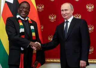 Emmerson Mnangagwa i selskab med Ruslands præsident, Vladimir Putin.