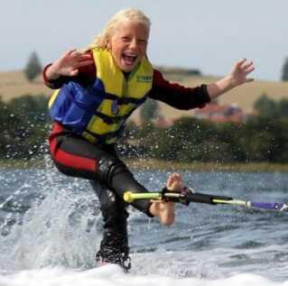 """Tue Ernst Nielsen har altid elsket at være på vandet. Her er han i gang med det såkaldte """"toe-hold"""" som 8-årig."""