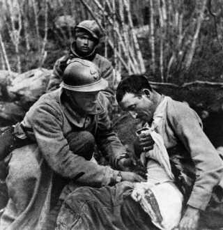Førstehjælp til en såret fransk soldat ved Verdun.