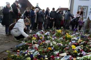 Der lægges blomster og hilsner foran Fredensborg Slot, hvor prinsen døde i går aftes 83 år gammel.(Foto: Liselotte Sabroe/Scanpix 2018)