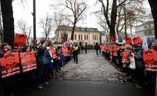 Demonstranter tog i går opstilling ved Polens forfatningsdomstol i Krakow.