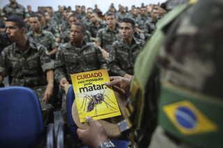 Brasilianske soldater bliver bliver breifet, inden de skal dele informationsfoldere om zika-virus ud.