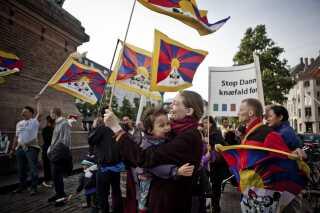 'Stop Danmarks knæfald for Kina', var budskabet ved en demonstration mod Kinas menneskerettighedsovertrædelser over for Tibet på Højbro Plads i København fredag d. 15. juni 2012. (arkivfoto)
