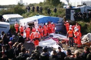 """En gruppe arbejdere er gået i gang med at rydde dele af """"Junglen"""" i Calais."""