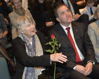 Sammen med Sveriges statsminister, Stefan Löfven, deltog Lisbet Palme i 2016 i en mindehøjtidelighed for 30-årsdagen for mordet på Olof Palme. Foto: Jonas Ekströmer/TT/Ritzau Scanpix)