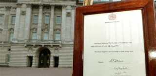 Fødselsattesten foran Buckingham Palace i London.