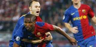 Samuel Eto'o fejrer sin scoring med Andres Iniesta