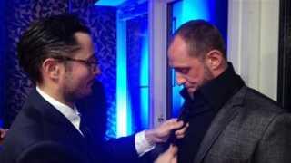 Nordvest-instruktør Michael Noer hjælper Roland Møller med at få slipset til at sidde perfekt