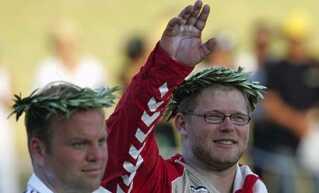 Joachim B. Olsen ved siden af Adam Nelson, der endte på andenpladsen, men siden blev tildelt guldmedaljen.
