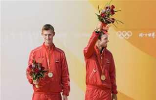 Martin Kirketerp og Jonas Warrer (til højre) på podiet efter triumfen i Kina.