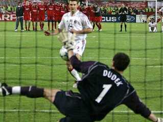 Liverpool-anf?rer Steven Gerrard holder Champions League-trof?et efter sejren p? Ataturk Stadion.