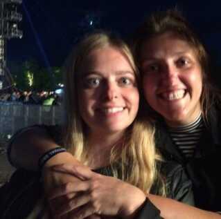 Mette og Cecilie havde taget 30 venner med til Arcade Fire-koncerten.