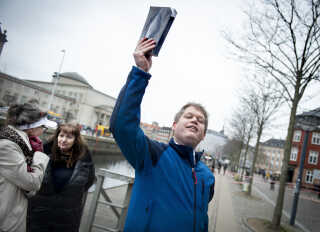 (ARKIV) Rasmus Paludan kaster her med Koranen på Christiansborg Slotsplads i København ved en tidligere demonstration.