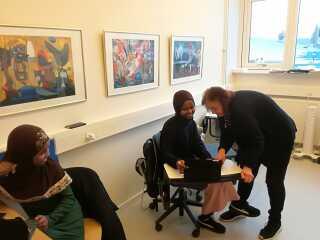 Riyan hussein, Raida Hussein og deres frivillige underviser Grete Ebbe Jensen i nødskolen på Nyborg Gymnasium.