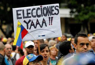 """Demonstranter kræver """"Valg nu"""". Det får de ikke.  I steder indkalder præsident maduro en forfatningsgivende forsamlg - La Asamblea Constituyente"""