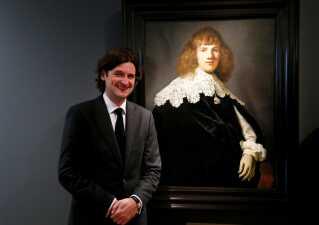 Jan Six' glæde over fundet og nu også eksperternes blåstempling af portrættet som værende et ægte Rembrandt-maleri, er ikke til at tage fejl af. Her ses Jan Six med maleriet på museet Hermitage Amsterdam, 16. maj 2018.