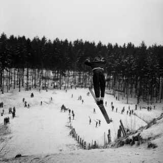 Danmark i 1958. Her er der skihop i Geelsskov nord for København, hvor bakken Holtekollen lå.