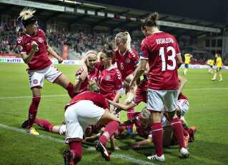 Det har været et succesfuldt år for det danske kvindelandshold i fodbold, der opnåede sølvmedaljer ved EM i Holland. Billedet her er fra kvalifikationskampen mod Sverige, hvor det danske landshold sikrede sig deltagelse i EM-slutrunden.