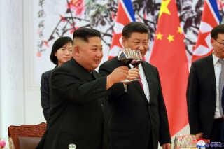 Kim Jong-un (tv) og Xi Jinping (th) har jævnligt holdt møder med hinanden i forbindelse med tøbruddet mellem USA og Nordkorea.