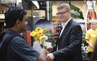 I 2013 påtalte statsrevisorerne skarpt, at Skat først havde orienteret skatteministeren om den ulovlige praksis i april 2010. Dengang hed skatteministeren Troels Lund Poulsen (V).