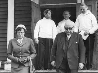 Grønlandsminister Johannes Kjærbøl (th.) med sin kone i Grønland. Skibet Hans Hedtoft skulle stå som afslutningen på hans politiske karriere.