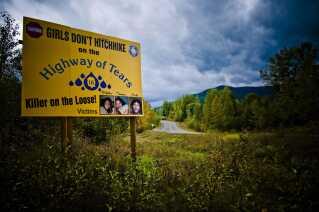 """Et skilt advarer mod at blaffe på Canadas berygtede """"Highway of Tears""""."""
