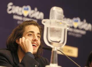 Salvador Sobral med sit Eurovision-trofæ efter hans sejr i Eurovision.