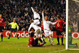 Et ikonisk billede. Marcus Allbäck scorer sejrsmålet mod Manchester United.