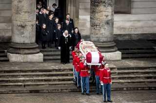 Prins Henriks kiste bæres ud, efter at han er blevet bisat fra Christiansborg Slotskirke i København, tirsdag den 20. februar 2018. Prins Henrik døde en uge forinden. Han blev 83 år.(Foto: Mads Claus Rasmussen/Scanpix 2018)