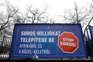 """""""Stop Soros"""" råber et billboard i Ungarns hovedstad, Budapest."""