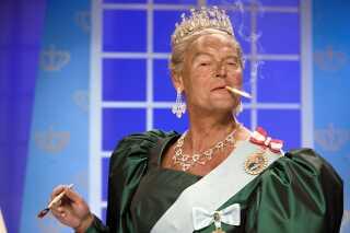 Skuespiller Ulf Pilgaard har flere gange optrådt som en storrygende dronning Margrethe i året Cirkusrevy. Her er det et billede fra 2006.