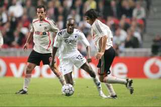 Atiba Hutchinson i aktion overfor Petit og Nuno Gomes fra Benfica.