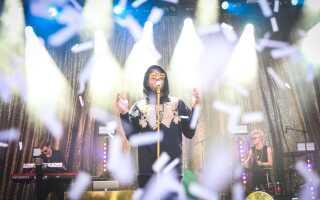 Gulddreng omgivet af konfetti på Stjerne-scenen.