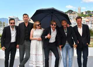 Holdet bag filmen The Square, fra venstre, producer Erik Hemmendorff, Claes Bang, Elisabeth Moss, instruktør Ruben Ostlund, Christopher Læssø og Dominic West til filmfestival i Cannes den 20. maj.