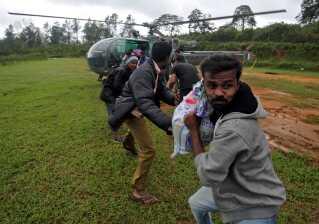 Indien: Oversvømmelser. Skader: 24 milliarder kroner. Monsunregn i august skabte de værste oversvømmelser i 80 år i delstaten Kerala i det sydlige Indien. Omkring 500 mennesker blev dræbt, og over en million måtte forlade deres hjem. Her modtager nogle af ofrene nødhjælp fra det indiske flyvevåben.