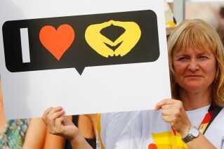 En fan af Angela Merkel hylder kanslerens karakteristiske håndstilling.