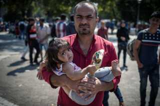 Mange migranter bor i denne park i Serbiens hovedstad Beograd, mens de venter på at komme videre. AFP PHOTO / ANDREJ ISAKOVIC