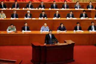 Taiwan har de senere år udviklet sig til et selvstændigt og selvsikkert demokrati, men den styreform er Kina ikke enig i. Her ser man stadig øen som en frafalden provins, der skal genforenes med fastlandet. Her taler Kinas præsident, Xi Jinping, i Beijing.