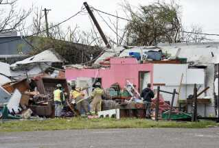 Redningsfolk leder efter overlevende i en kollapset bygning i byen Rockport, som er et af de steder, hvor orkanen har ramt hårdest indtil videre.