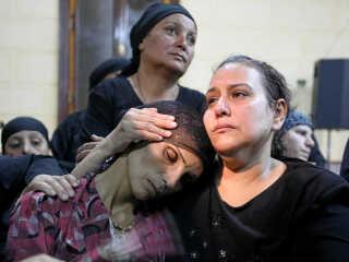 Arkiv-foto:  Sørgende pårørende efter sidste års angreb på kristne koptere, hvor 28 blev dræbt. Nu har der været et nyt angreb på pilgrimme på næsten samme sted. REUTERS/Mohamed Abd El Ghany