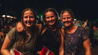 Søstrene Emma og Caroline så koncerten sammen med deres mor, Ellen Knudsen.