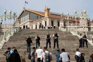 Fransk politi har afspærret området omkring hovedbanegården Saint-Charles.