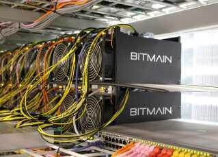 Her ses en række computere, som genererer Bitcoin. De tilhører det kinesiske firma Bitmain og står ved Keflavik på Island.