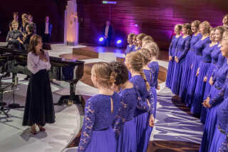 Kronprinsessen talte blandt andet med de 50 piger i koret om korlivet og koncerten.