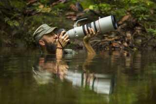 Efter 5 dage med malaria er Uri er gået i vandet, for at fotografere sommerfugle i Lesan regnskoven på Borneo.