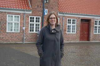 Sofie Valbjørn foran Fanø Rådhus.